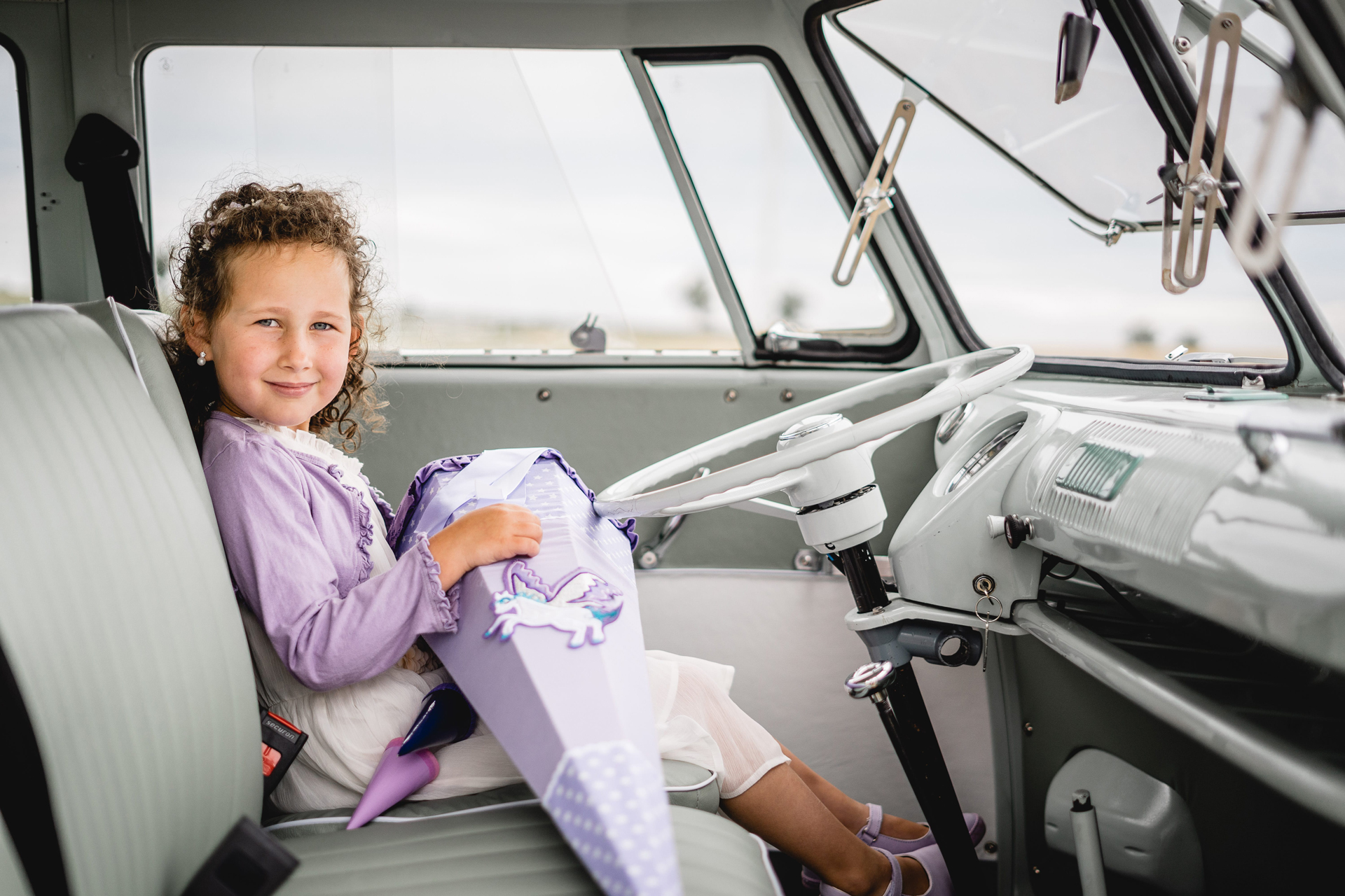 VW Bulli mieten Schulanfang Kindergeburtstag Fotoshooting Zuckertüte Familienausflug Lenkrad Fahrersitz Safarifenster