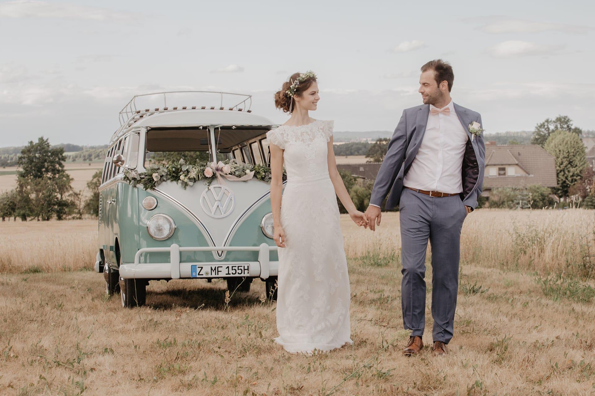 VW Bulli mieten Hochzeitspaar Vintage Fotoshooting Hochzeit Hochzeitsauto Brautkleid Anzug Blumendekoration