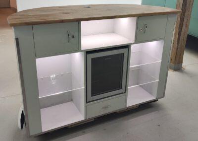 mobile Bar oder Tresen aus Holz mit Staufächern, abschliessbaren Schubladen auf der Rückseite, integriertem Kühlschrank und indirektem Licht