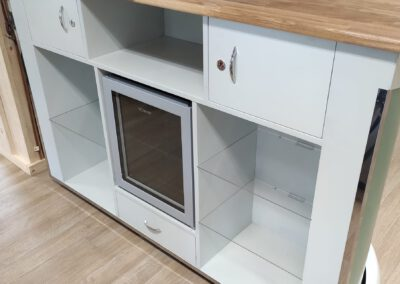 Messestand oder Tresen aus Holz mit Staufächern und abschliessbaren Schubladen auf der Rückseite und integriertem Kühlschrank und indirektem Licht